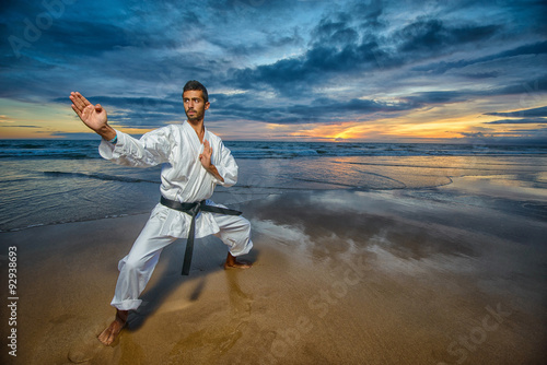 Photo  karate master in defense position