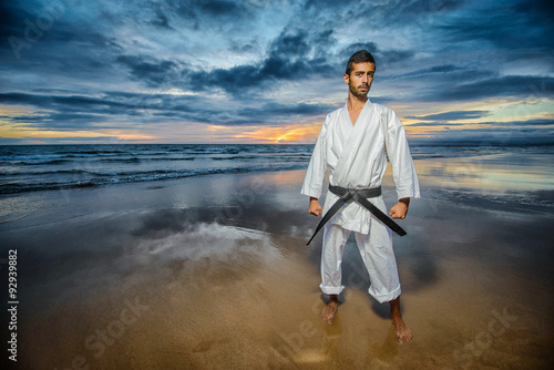 Photo  karate master with dramatic sky