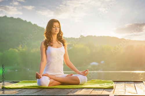 In de dag School de yoga Woman Yoga - relax in nature
