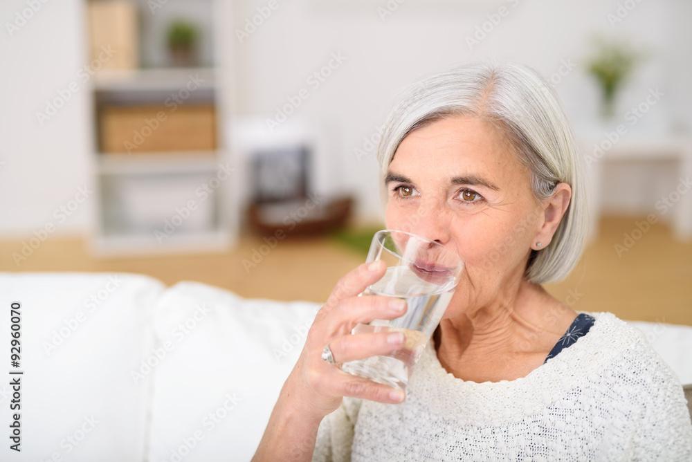 Fototapeta rentnerin trinkt ein glas wasser