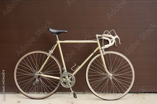 Deurstickers Fiets vintage bicycle leaning against the wall