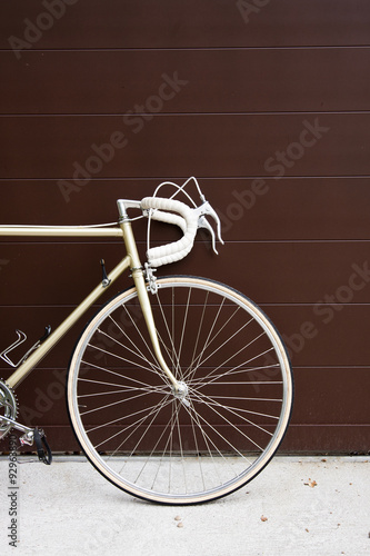 Türaufkleber Fahrrad vintage bicycle leaning against the wall