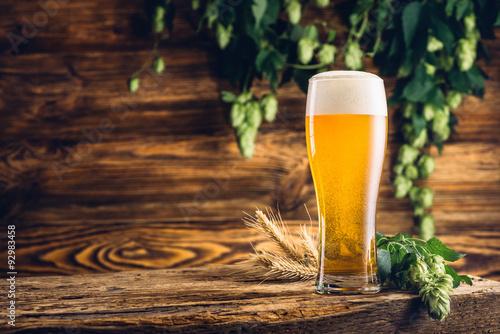 szklanka-piwa-na-starym-drewnianym
