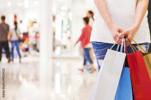 Fotografía  Happy Women holding shopping bags