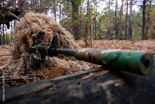 Fotografía  Soldier in camouflage suit with sniper rifle in forest/Soldier in special camouf