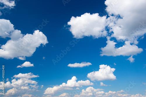 Fototapeta niebo biala-chmura-w-niebieskim-niebie