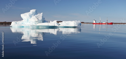 In de dag Poolcirkel Iceberg and cargo ship