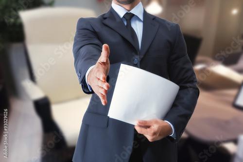 stretta di mano uomo in ufficio per colloquio di lavoro