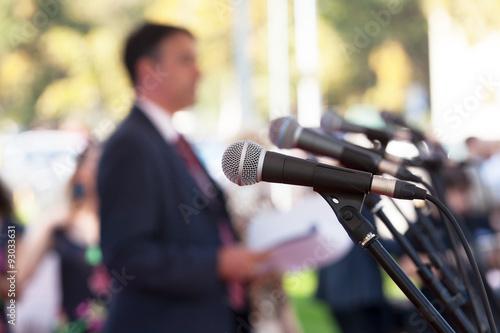 Fotografía  Conferencia de prensa. Micrófonos.