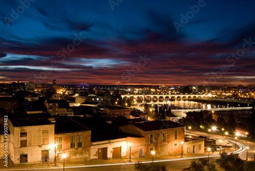 Anochece en Badajoz y las luces se hacen presentes antes de que la noche llegue del todo.