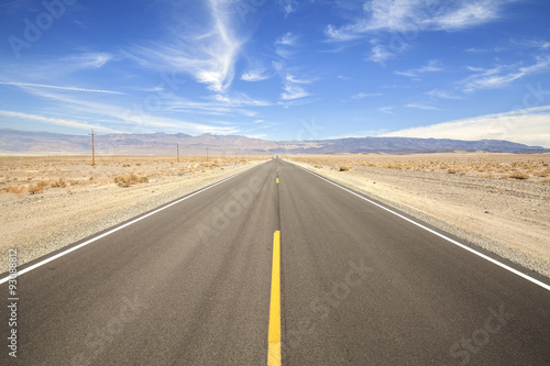 Stampa su Tela  Endless country highway in Death Valley, travel concept, USA.