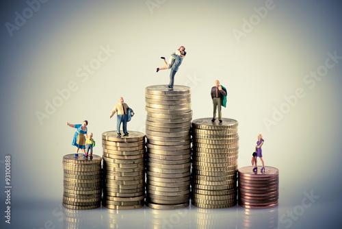 Fotografía  Faily budget concept. Miniature family on coins pile.