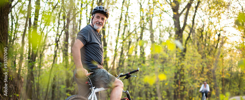 Fotografía  Senior man on his mountain bike outdoors