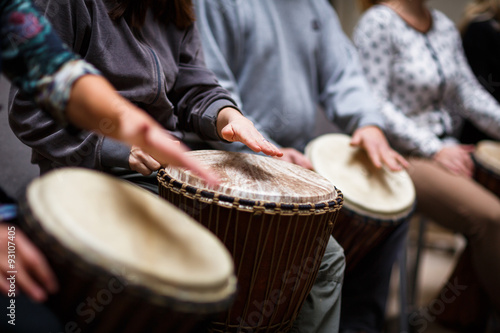 Fotografía Group of people playing on drums - therapy by music