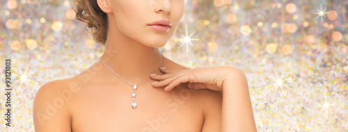 Foto  woman wearing shiny diamond pendant