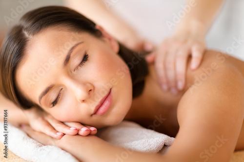 Fotografía  Mujer hermosa en salón del balneario que consigue masaje