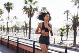 Hiszpania, Barcelona, jogging młoda kobieta - 93219699