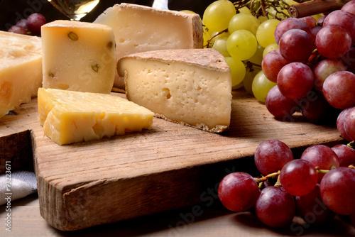 Obraz na plátně  Hrozny a sýrem