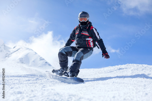 Photo  snowboarder in action at the mountains