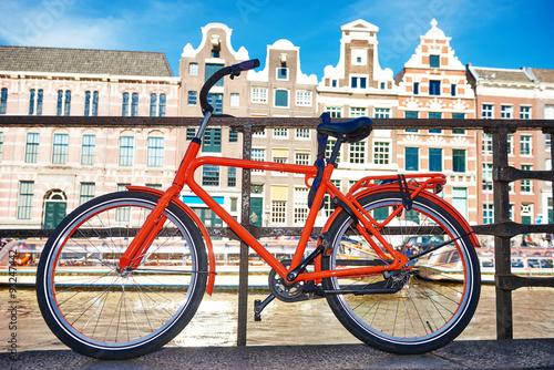 rower-na-ulicy-amsterdamu-w-miescie