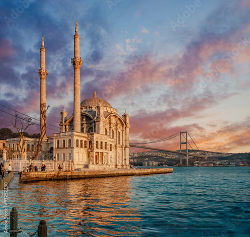 Fotografia Iconic view of Istanbul from Ortakoy with The Bridge, The Mosque and The Bosphor