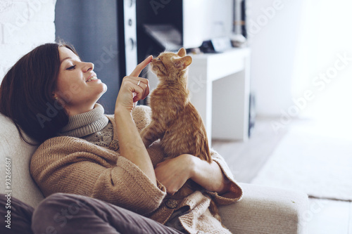 Obraz Woman resting with kitten - fototapety do salonu