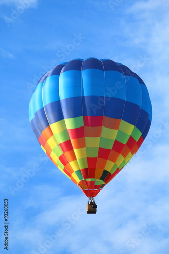 Montgolfière / Dirigeable Brightly colored hot air balloon with a sky blue background