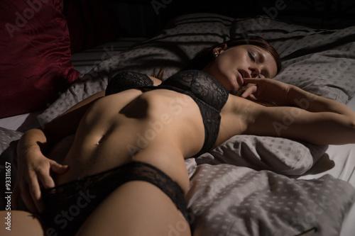Obraz sexy Woman / sexy woman in underwear lying in bed - fototapety do salonu