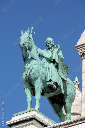 Cuadros en Lienzo Paris -  Equestrian Statue of Saint Louis on basilica Sacre Coeur