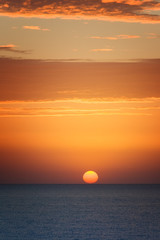 Obraz na Szkle Niebo Orange sunset at the sea with sun
