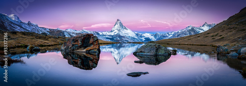 Tuinposter Panoramafoto s Stellisee in der Schweiz mit Matterhorn im Hintergrund Panorama