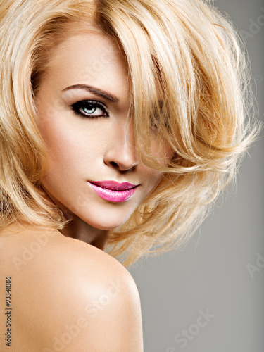 portret-pieknej-kobiety-o-blond-wlosach-jasna-moda-ma
