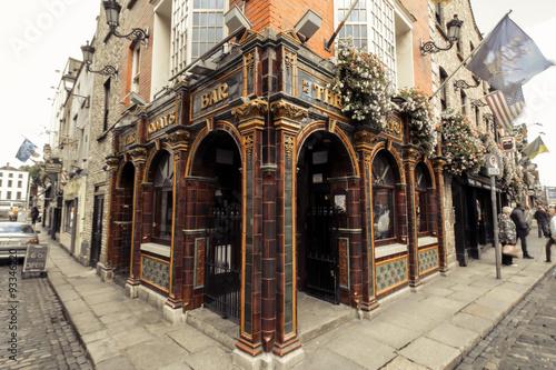 Pub irlandés característico que hace esquina