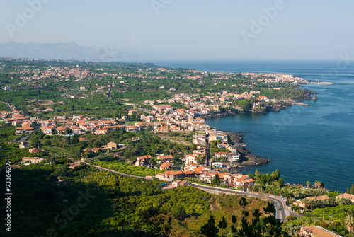 Photo Aerial view of towns along the eastern coast of Sicily, near Catania