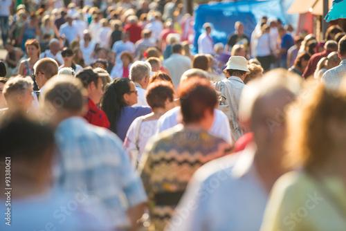Plakat Ludzie chodzą po ulicy miasta.