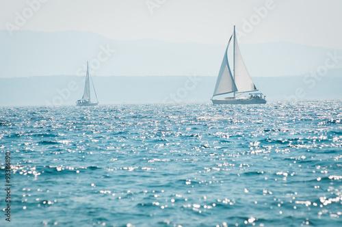 Fotografia  Jacht żaglowy na morzu
