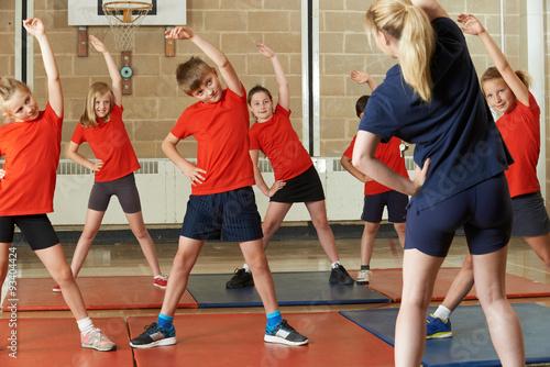 Zdjęcie XXL Nauczyciel, biorąc klasy ćwiczeń w siłowni szkolnej