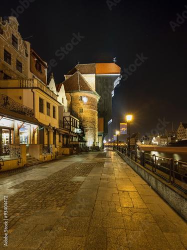 stare-miasto-w-gdansku-i-slynny-zabytkowy-dzwig-portowy-noca-polska