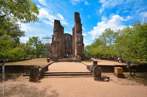 Montage in der Fensternische Ruinen Lankathilaka ancient ruins in Polonnaruwa Sri Lanka