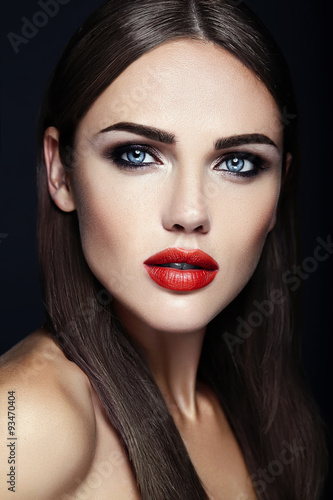 Fotografia  sensual glamour portrait of beautiful  woman model lady with fresh daily makeup