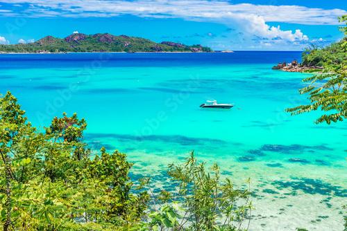 Spoed Foto op Canvas Turkoois Yacht in paradise bay of Seychelles, Praslin