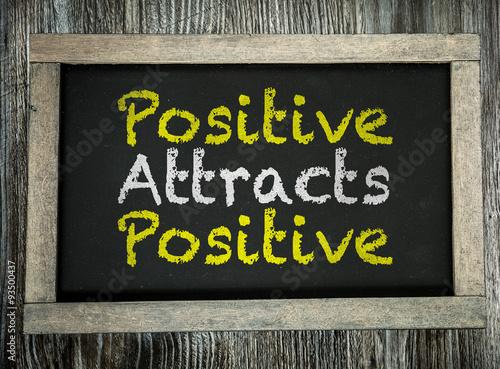 Foto  Positive Attracts Positive written on chalkboard