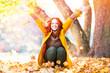 canvas print picture - Frau wirft Blätter im Herbst