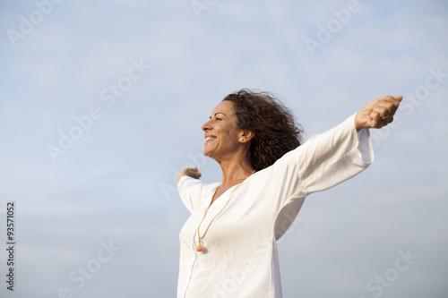 Fotografia  Mujer madura feliz con los brazos abiertos al cielo