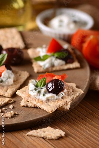 Fotografie, Obraz  spuntino con formaggio alle erbe, olive e pomodoro