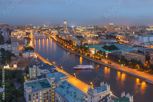 Montage in der Fensternische Kiew The evening city of Moscow from a tall building on the embankment of the river