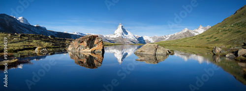 obraz dibond Schweizer Berge mit Matterhorn und Stellisee im Vordergrund