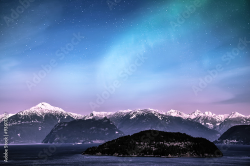 Aurore polaire Northern lights aurora borealis in the night sky over beautiful lake landscape