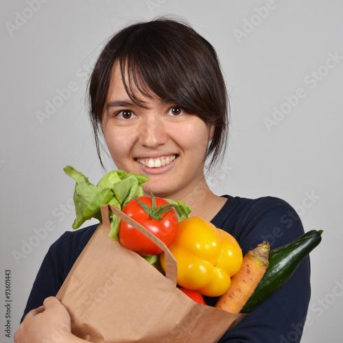 Fotografie, Obraz  Mädchen mit einem sack voller zelenina