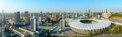 Montage in der Fensternische Kiew Olimpyc Stadium. Kyiv, Ukraine